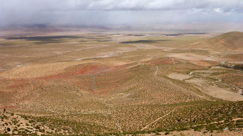 Gut 20 km östlich von Midelt steigt die N13 zunächst wieder hoch in die Berge. Zu niedrig für Schnee und zu steinig für Sand lässt das Sandstrahlgebläse für einige Zeit von uns ab.
