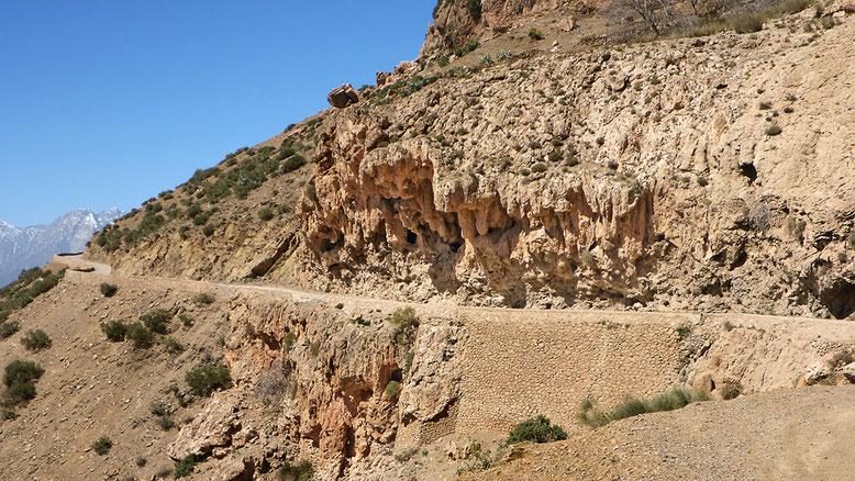 Felsüberhang kurz hinter dem Wasserfall ca. 5 km unterhalb des des Tizi-n-Test Passes.