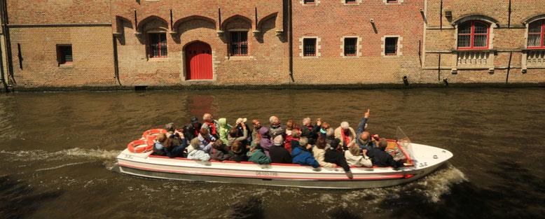 Eine Bootsfahrt, die ist lustig. Acht Euro pro Person und halber Stunde.