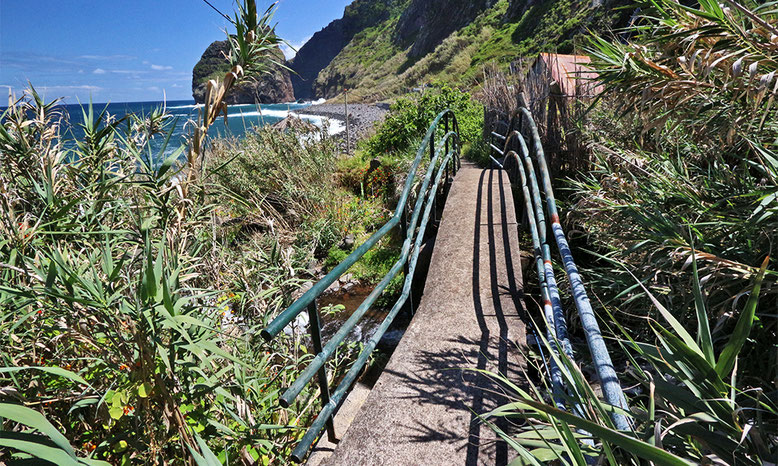 Fußweg entlang der Küste am Fuß der Seilbahn Rocha do Navio.
