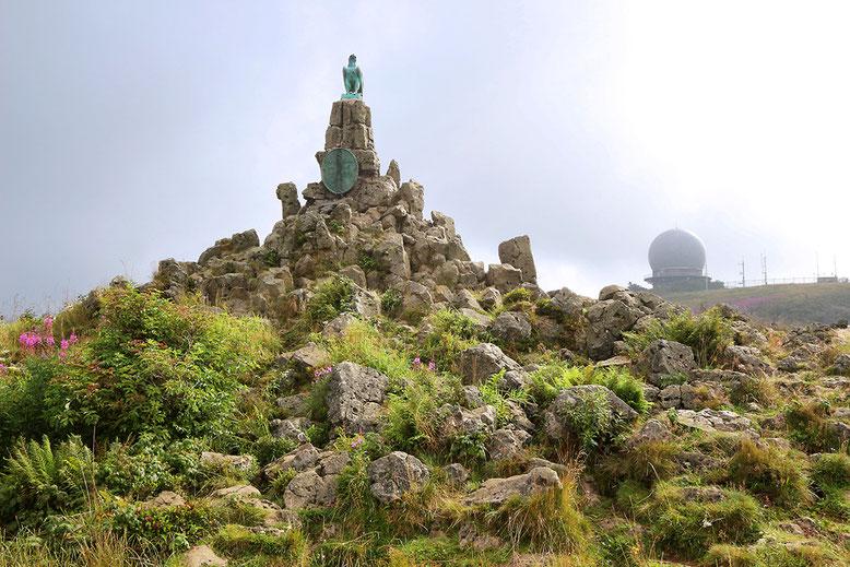 Das Fliegerdenkmal westlich unterhalb der Wasserkuppe im morgendlichen Zwielicht.
