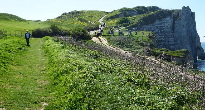 Am Rande des Golfplatzes geht es hinauf auf die Klippen südwestlich Étretat.
