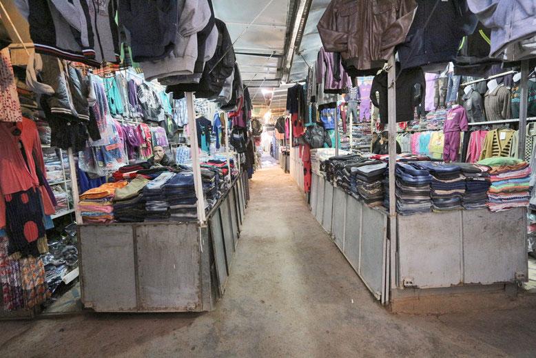 Dann wieder Kleidung zu günstigen Preisen, aber unsere Koffer sind schon am Limit.
