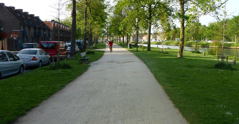 Fußgänger- und Fahrradweg am Rande des Ringkanals.