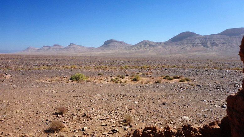 Bergkette am Rande des Hochtals parallel zur R108 zwischen Nkob und der N9.