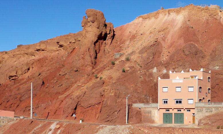 Haus mit Gesicht im Fels am km 12,0.