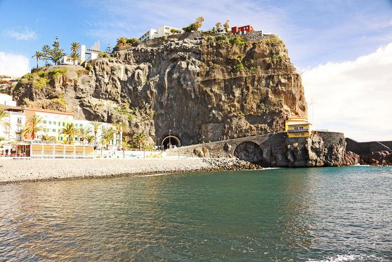 Steilklippe im Osten von Ponta do Sol mit Tunnel und Felsencafé.