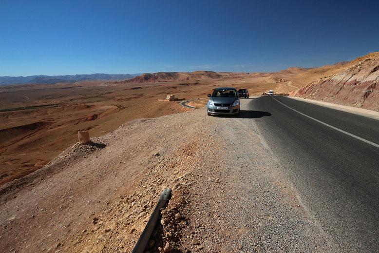 Etwa 5 km hinter dem Abzweig N10 / R703 schraubt sich die Straße bei der Ortschaft Ait Ijjou in einer lang ausgezogenen Kurve auf eine Anhöhe von der aus man einen wunderbaren Ausblick auf das Todra-Tal hat.