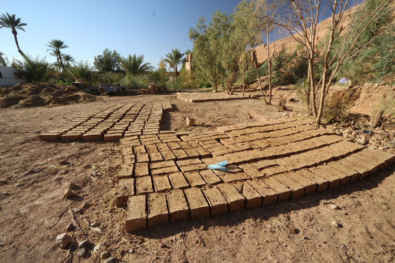 Ziegelrohlinge aus Stampflehm in der Herberge Jnane-Dar Diafa in Tamegroute.