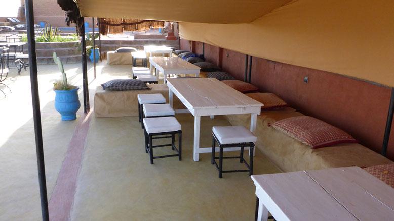 Unter einem großen Zelt kann man es sich in sommerlicher Hitze gemütlich machen. Auch ein Pool ist Teil der recht großzügigen Außenterrasse.