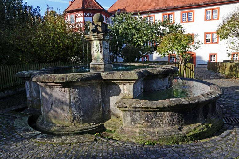 Seit 1710 steht der Marktbrunnen aus einem runden Sandsteintrog mit Vorbecken. Die Schlichtheit des Brunnens wird durch die Mittelsäule mit Steinkugel unterstrichen.