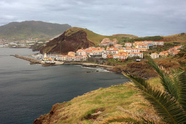 Blick von Ponta das Gaivotas an der ER214 auf Quinta do Lorde auf der Ponta de São Lourenço.