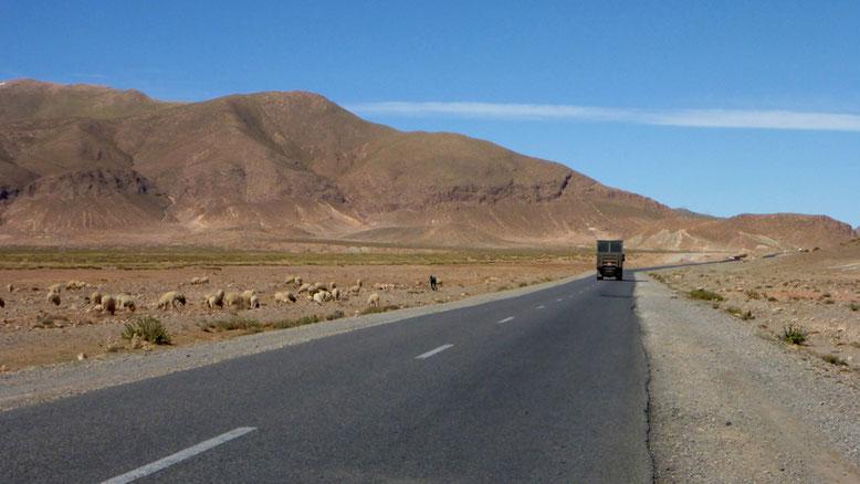 In wenigen Kilometern steigt die Straße hinauf zum Pass, dem Tizi-n-Talghaumt.