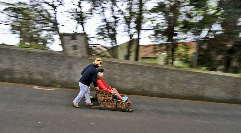 Korbschlitten auf dem Weg in Richtung Funchal.