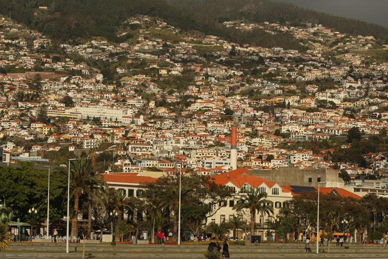 Raumgreifendes Stadtgebiet von Funchal.
