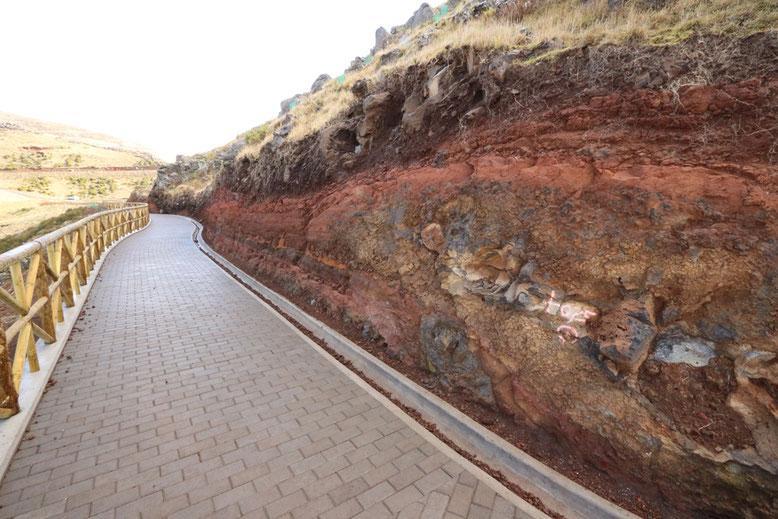 Fußweg zum Montado do Paredão West mit aufregenden Einblicken in die vulkanische Vergangenheit der Insel.