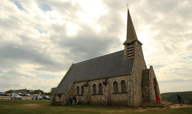Kapelle Notre Dame de la Garde östlich Étretat, 1854 zu Ehren der Seefahrer errichtet. Ausgangspunkt für Wanderungen entlang der Klippen.