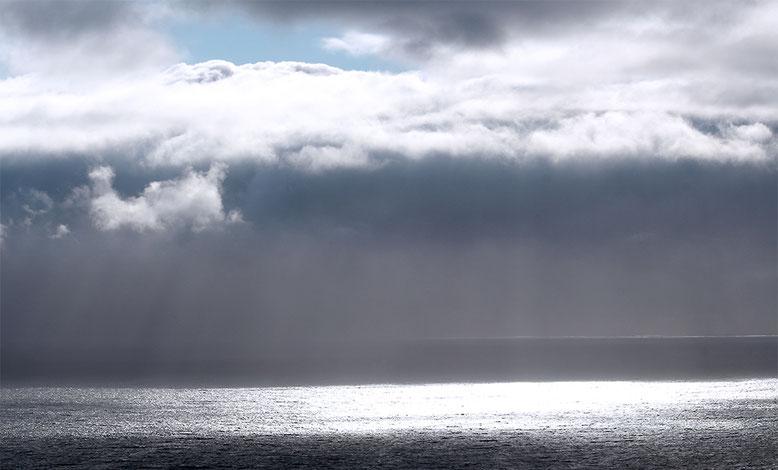 Regenwolken über der See vor Slieve League.