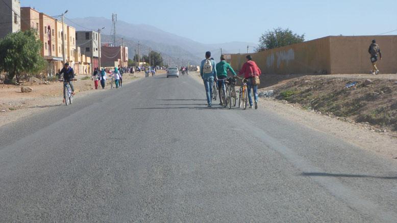 Schulschluss im Städtchen Aoulouz.