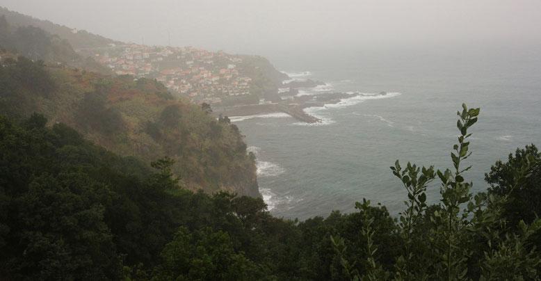 Trübe Aussichten beim Blick auf die Nordküste Madeiras bei Seixal.