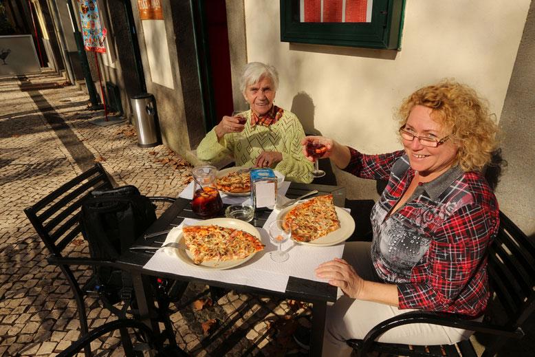 So lässt es sich leben. Pizza und Sangria für alle.