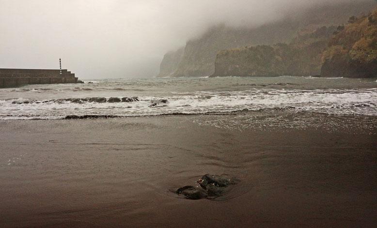 Strand in Seixal. Schon macht sich dicker Nebel wieder breit.