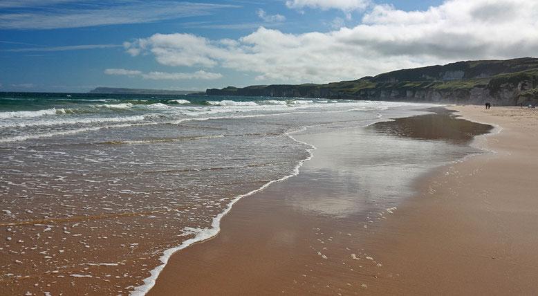 Noch einsamer Strand an den White Cliffs östlich Portrush.