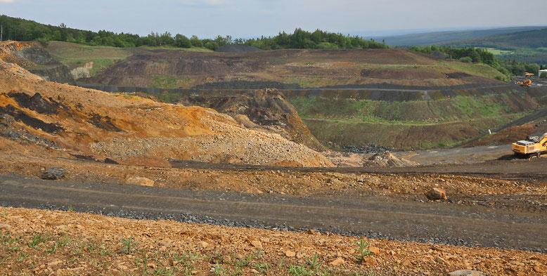Basaltwerk und Bruch am Bauersberg. Die gelbbraunen Ablagerungen sind vermutlich tertiäre Ablagerungen mit Braunkohlenresten in der linken Bildmitte (dunkle Partien).