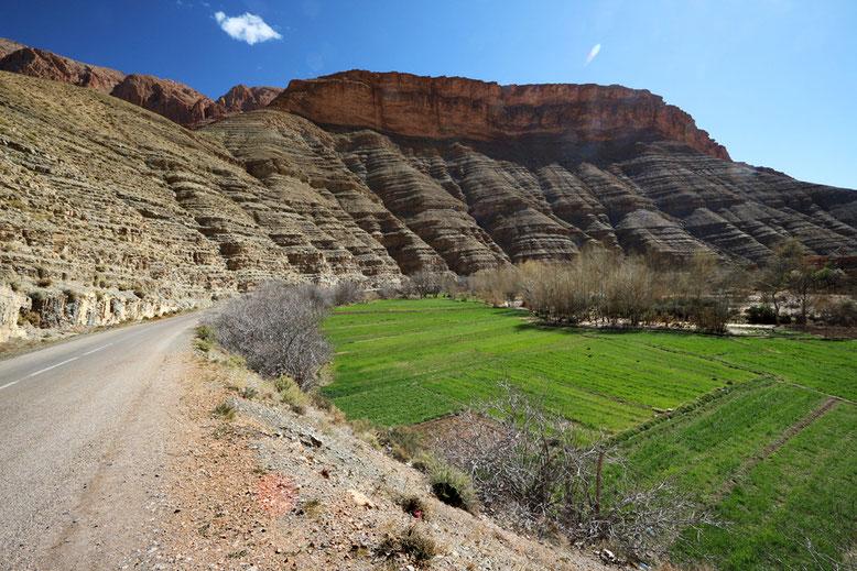 Grünflächen, die von den Einheimischen gerne genutzt werden, füllen das zunehmend breiter werdende Tal.