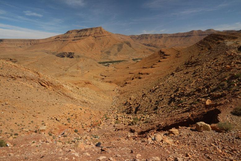 Nördlich des Stausees fahren wir in den Gorges du Ziz ein. Das ist so eine Art Mini Grand Canyon, nur dass hier halt die Hauptstraße mitten durch den Canyon verläuft, und man Indianer vergebens sucht.