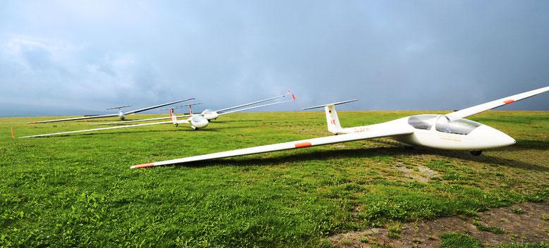 Segelflugzeuge warten auf den nächsten Einsatz.