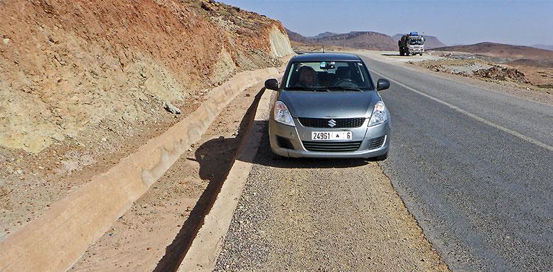 Nicht abgesicherte Entwässerungsrinnen. Eben mal kurz parken am Straßenrand kann tückisch sein.