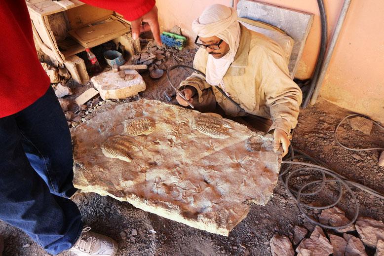 Fossilien auf großen Gesteinsplatten herauspräparieren, hier insbesondere Trilobiten, nichts für ungeduldige Menschen.
