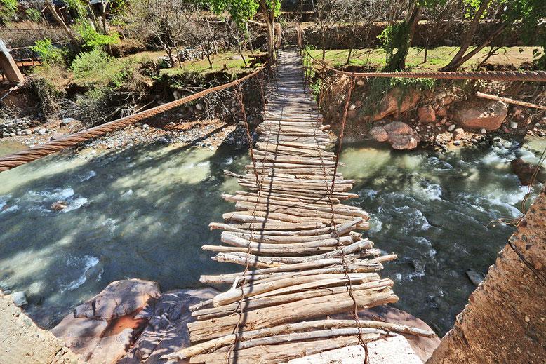 Für uns eine gewagte Konstruktion über den Ourika-Fluss, für die Einheimischen jedoch Alltag.