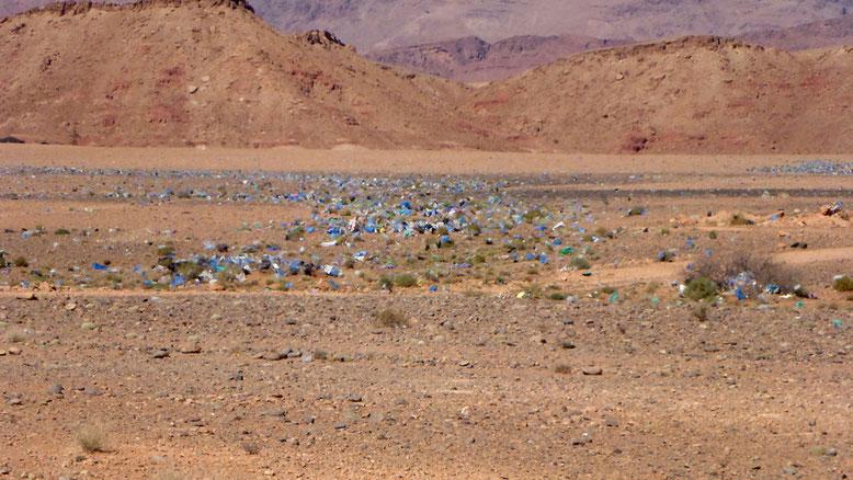 Weit über das Land verteilte Müllreste kündigen die nächste Siedlung an.