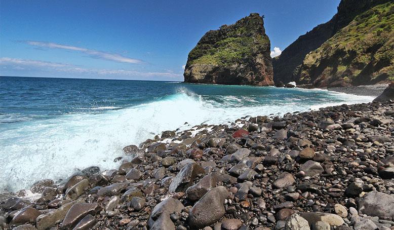 Küste am Fuß der Seilbahn Rocha do Navio.