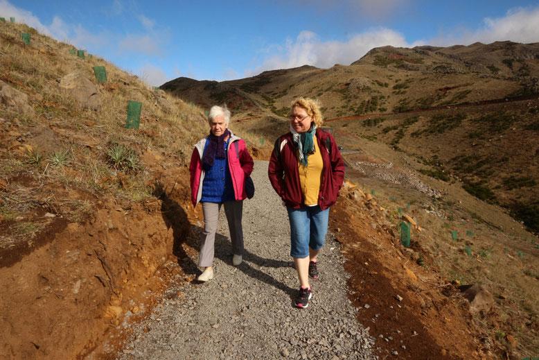Lina und Angelika auf der Schotterpiste zum Montado do Paredão Ost.