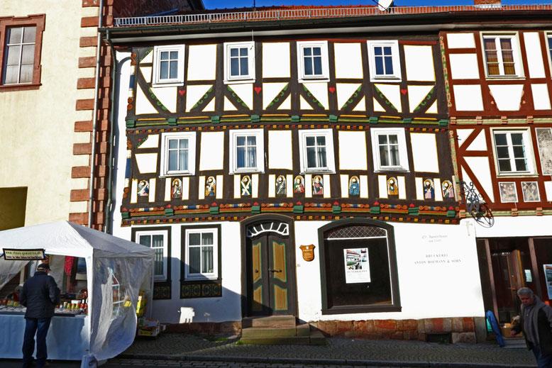 Das um 1500 im Stil der Renaissance erbaute Elf-Apostel-Haus, ist das älteste Haus in Tann. Sehenswert sind die elf Holzreliefs über dem Erdgeschoss des Gebäudes, welche die Apostel darstellen.