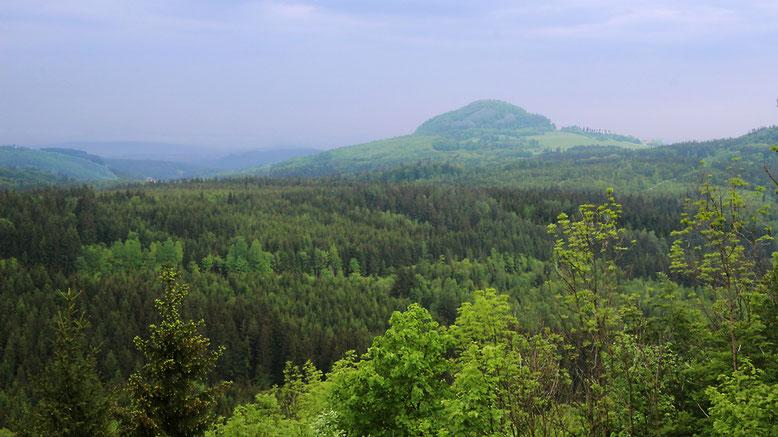 Blick von der hinteren Außenterrasse der Enzianhütte zur Milseburg.