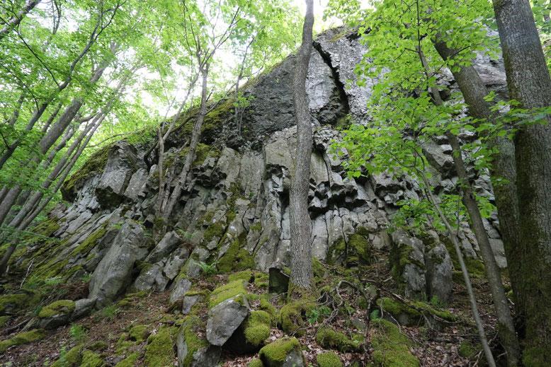 Sogenannter Teufelskeller ca. 50 m unterhalb der Prismenwand.