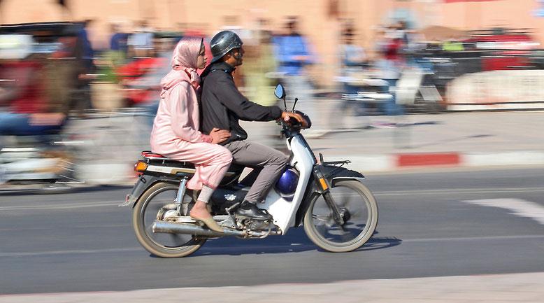 Toller Kavalier, lässt die Frau ohne Helm mitfahren.