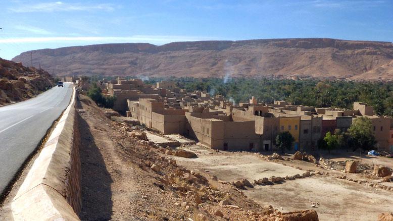 Gelegentlich erhebt sich die Straße deutlich über die Talaue und verschafft uns einen guten Überblick.