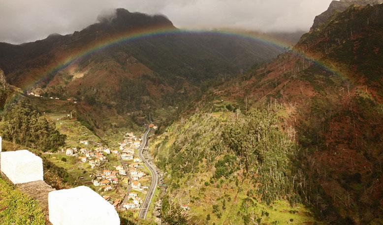 Spotlight und Regenbogen auf dem Weg nach São Vicente.