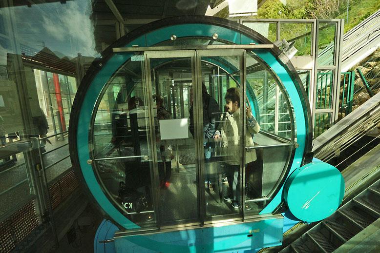 Typisch französisch, der futuristisch anmutende Schrägaufzug in Le Tréport.