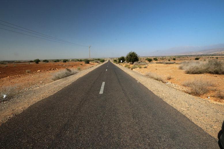 Am Fuß des Atlas geht es in nordwestliche Richtung, immer entlang der N10 zwischen Aoulouz und der Abzweigung von der N10 zur R203 in Richtung Tizi-n-Test.