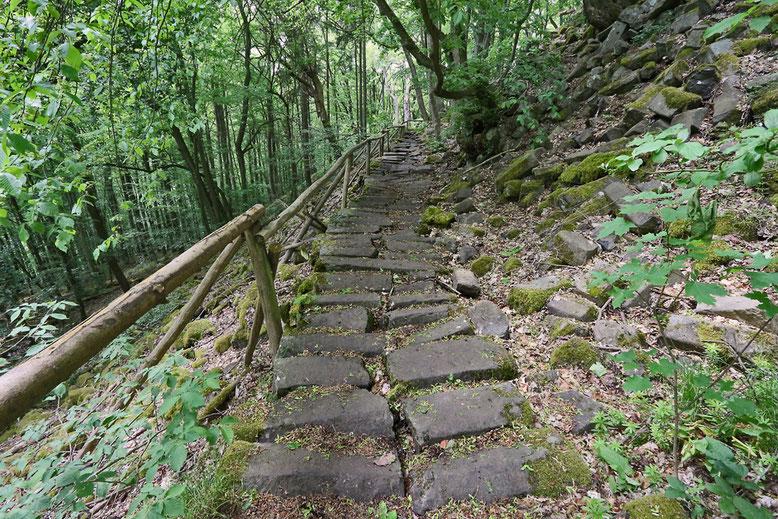 Aufgang zur Prismenwand am Gangolfsberg im Mai 2016. Der Fußweg besteht ebenfalls aus Basaltprismen.