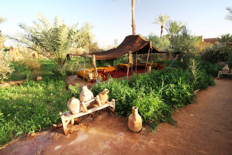 Der herrlich grüne Innenhof unserer Herberge Jnane-Dar Diafa in Tamegroute.