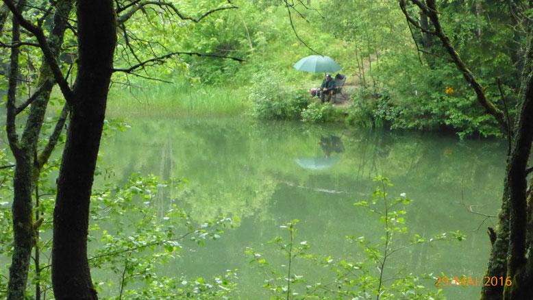 Ein Angler versucht abseits des Trubels sein Glück.