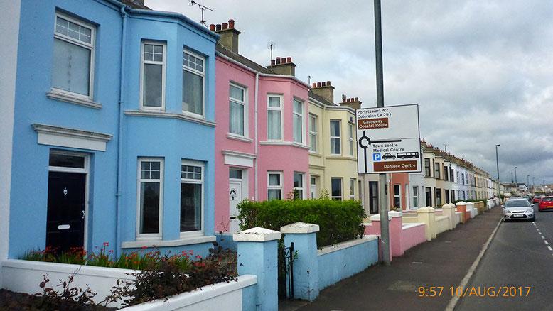 Häuserzeile im morgendlichen Portrush.