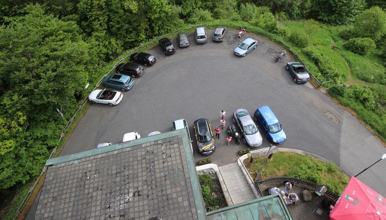 Parkplätze hinter dem Berggasthof.